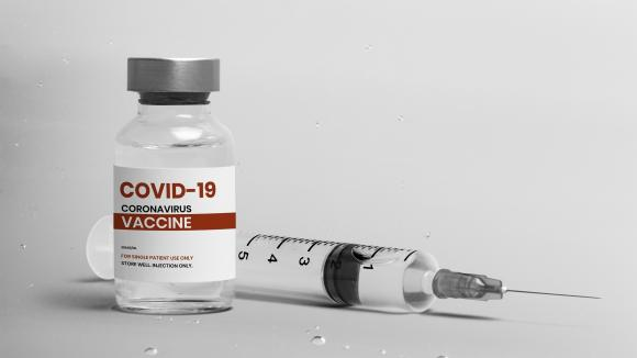 Eksperci: Szczepionki przeciw COVID-19 ratują życie, nie deprecjonujmy żadnej z nich!